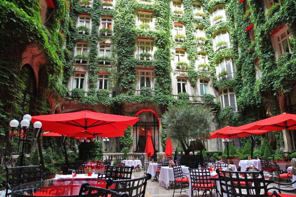 Plaza-Athénée-Paris-Cour-Jardin